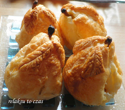Atrakcyjne danie. Gruszki nadziewane żurawiną i rodzynkami, w cieście francuskim