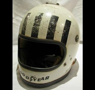 Il casco di Tom Pryce. Questo disegno è usato ora dal pilota ticinese Alex Fontana