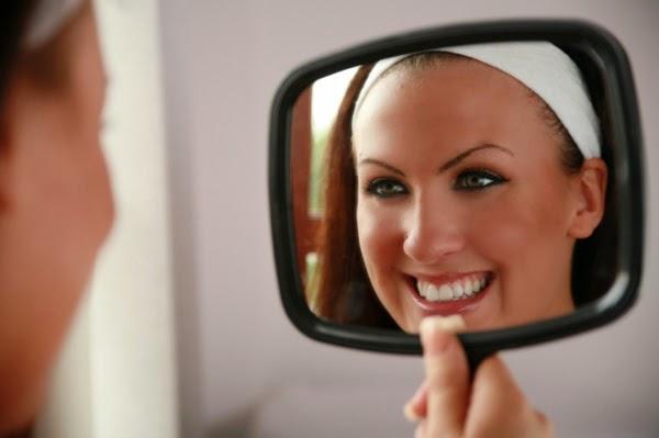Ketika Stres, Silahkan Senyum di Cermin