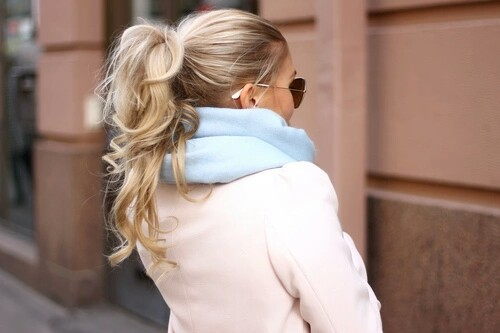 How To Wear Your Hair With A Chunky Scarf Do S And Don Ts Modern