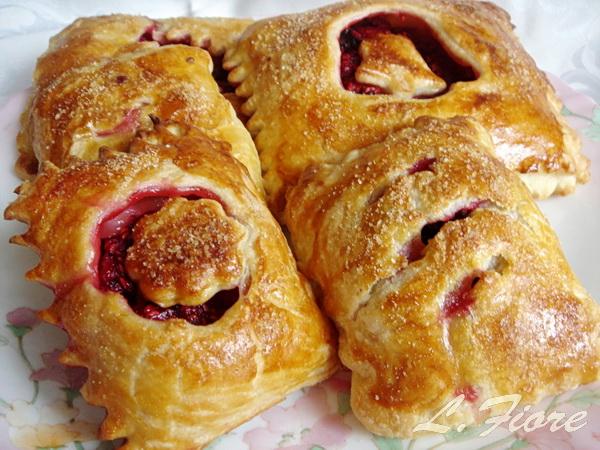 Пирожки-слойки со щавелем и малиной