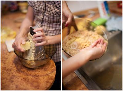 Сливаем жидкость с натертого картофеля