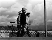 . que escuchaba en la calle o en el bus del colegio, un habla intoxicada . bicicletas figuras