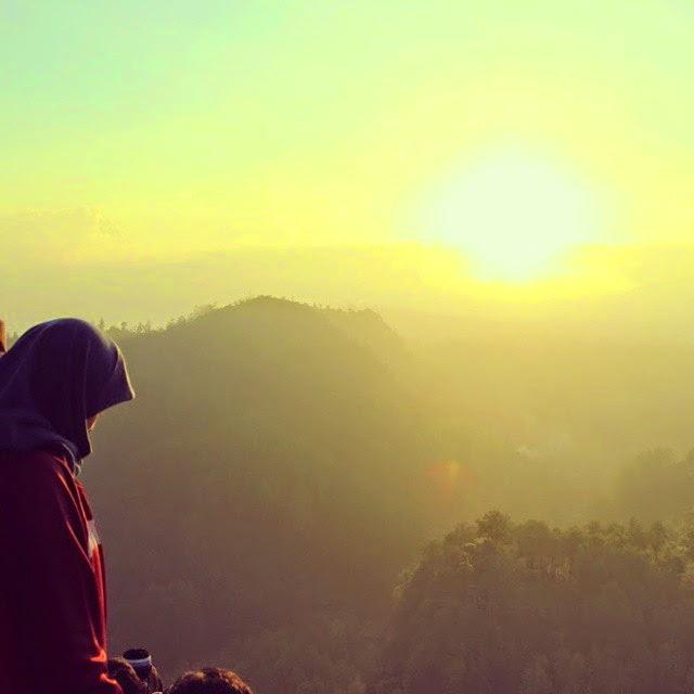 muslimah berhijab syari Dede Nurhayati naek gunung