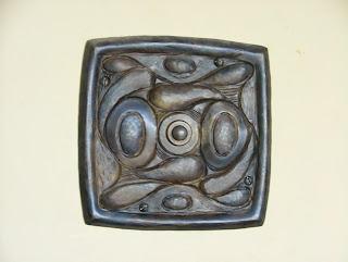 placa de timbre modernista de bronce repujada