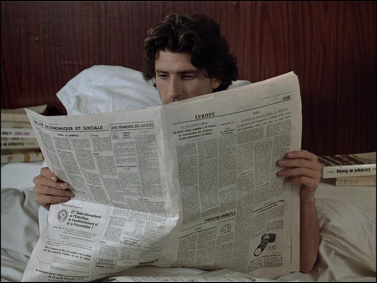 le cin ma du journal lire le journal au lit apr s. Black Bedroom Furniture Sets. Home Design Ideas