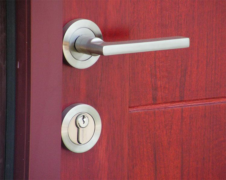Berikut tahapan memasang handle pintu rumah :