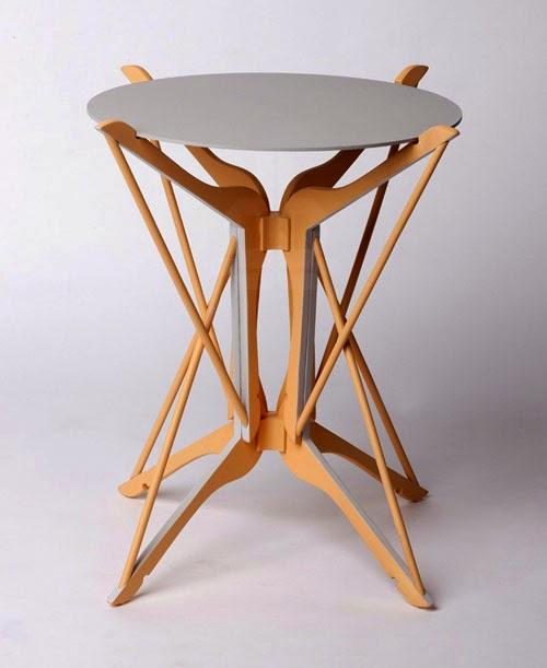 木製ハンガーをユニットとして、3つの異なる作品で異なる形状に再構成されて完成度の高い家具に仕上がっている「hometto」コレクション。DIY好きな人は大いに刺激されるだろ。