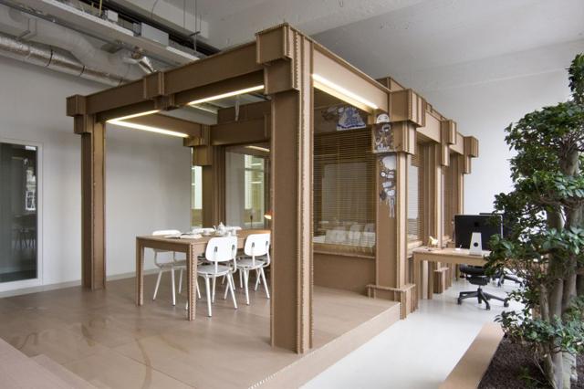 Escritório com móveis de caixas recicladas