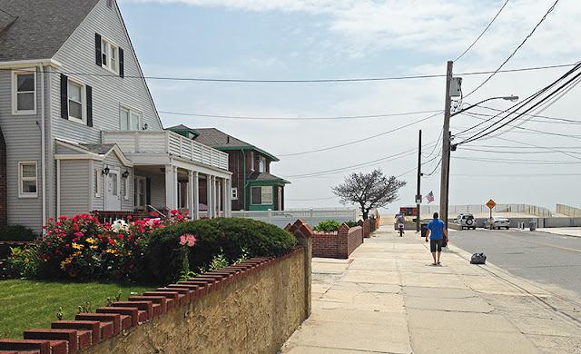 Rue de Rockaway Beach menant à la plage