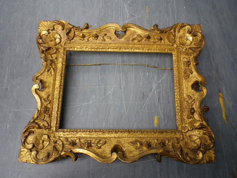 Framemaker: Antique carved frame