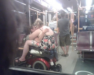 fajando en el metro