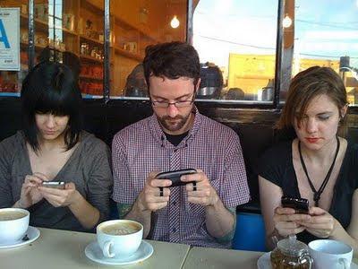 El 56% de los profesionales revisa su celular antes de irse a dormir, el 51% lo revisa continuamente durante sus vacaciones y un 48% durante los fines de semana, incluyendo los viernes y sábados por la noche. Un 44% de los encuestados afirmó que experimentaría mucha ansiedad si perdiera su teléfono y no lo pudiera reemplazar por una semana. La adicción al smartphone parece ir en aumento y está comprobado que actualmente las personas los desbloquean, en promedio, entre 110 y 150 veces por día. A continuación te presentamos 7 consejos para combatir la adicción al smartphone:1.- Vive el ahora.
