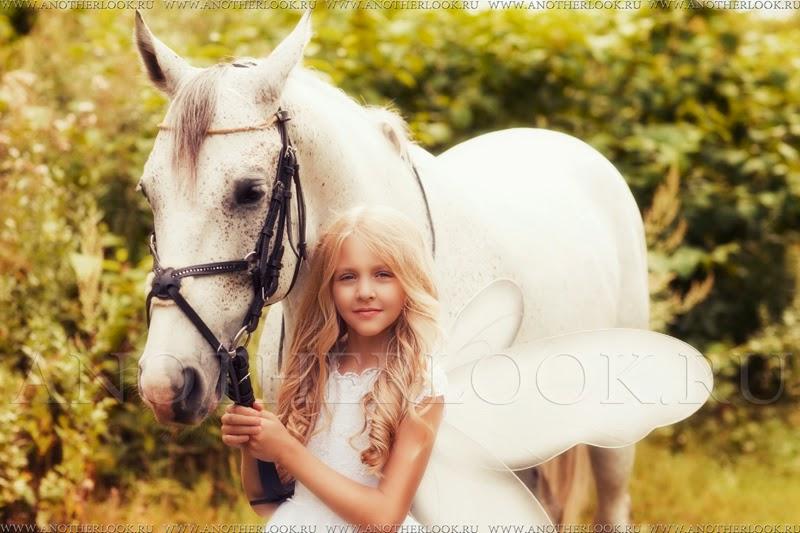 маленькая фея с крылышками с белой лошадкой