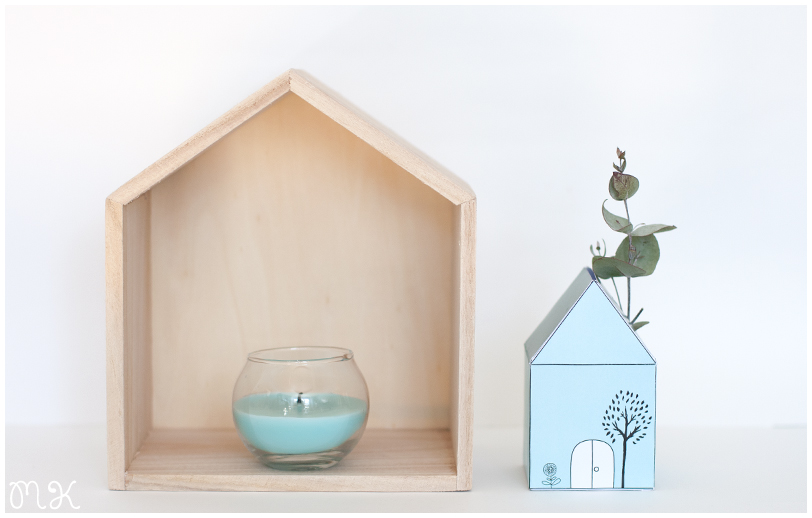 casita de madera con vela y casita de papel