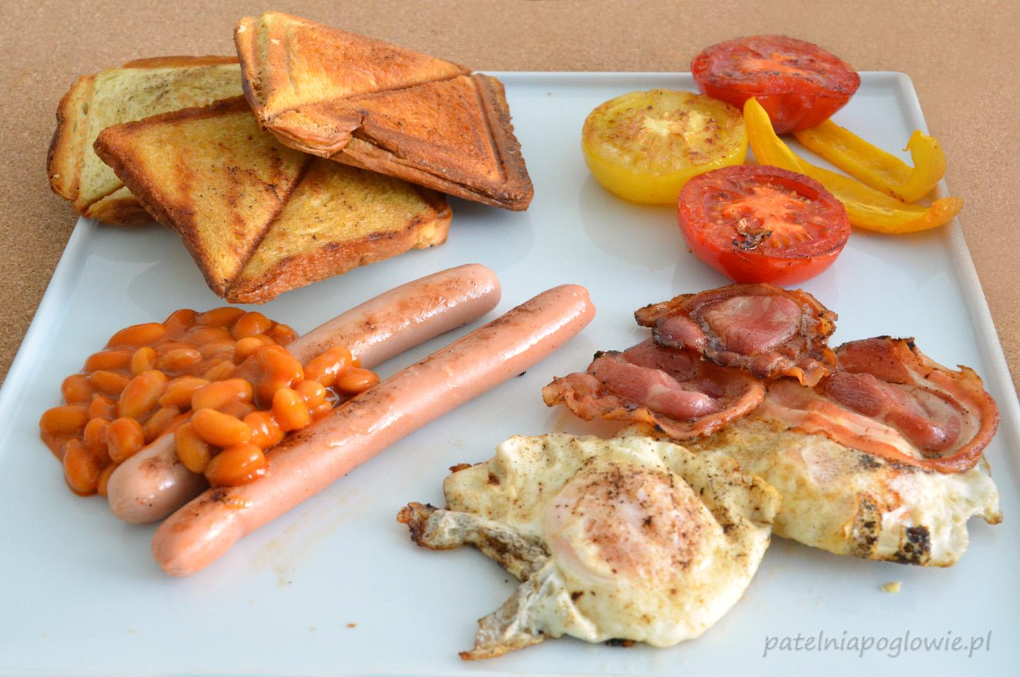 smażone jajka z bekonem, smażone kiełbaski, fasolka na gorąco, tosty angielskie