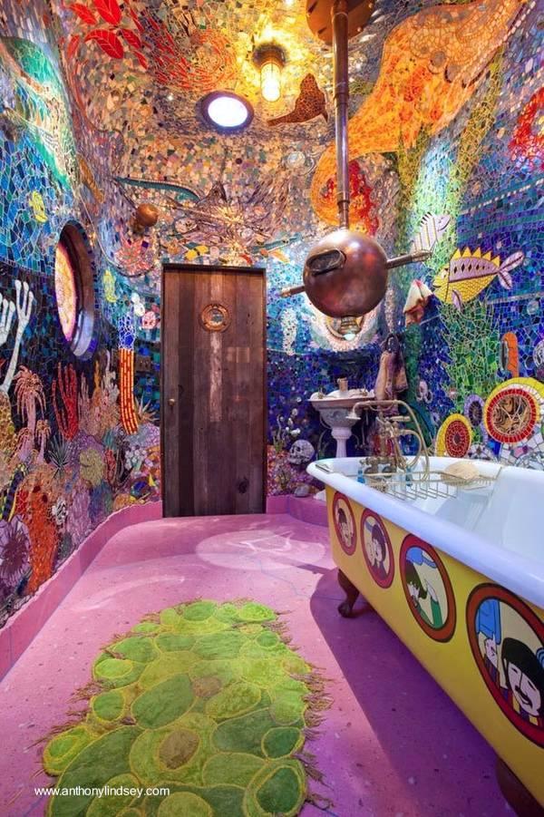 Arquitectura de Casas: Baño con decoración artesanal multicolor.