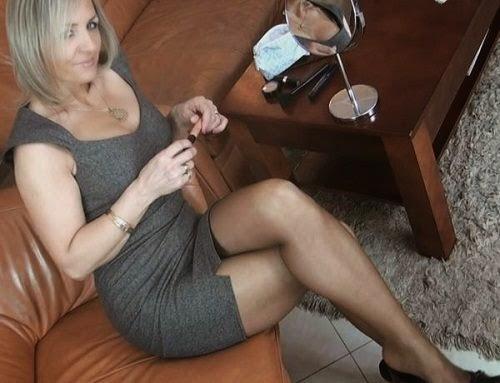 зрелая женщина в чулках дрочит член фото