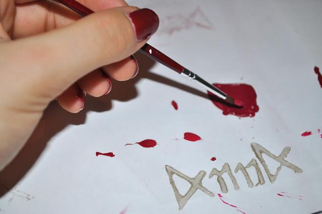 Hand mit Pinsel und Logodruck