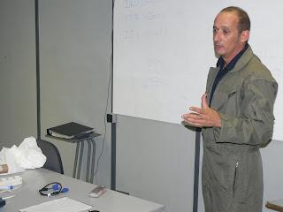 El Pilot i instructor de vol en Rafel Molina en el briefing abans d'enlairar-se per una exhibició dels avions de l'FPAC.