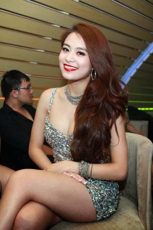 Hoàng Thúy Linh mặc váy ngắn cũn khoe chân dài trên sàn diễn