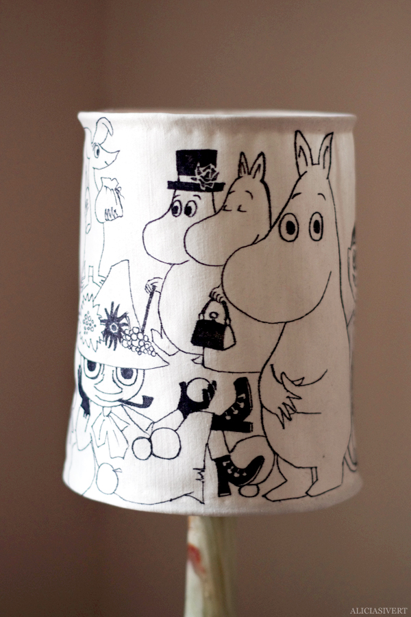 aliciasivert, alicia sivertsson, alicia sivert, moomin, mumin, mumintroll, mumintrollet, muminpappan, muminmamman, sniff, mymlan, snorkfröken, snorkmaiden, snusmumriken, hattifnattar, tove jansson, lampa, lamp, diy, loppis, klä om lampskärm, do it yourself, skapa, monthly makers, återbruk, upcycle, remake, textil, fanart, fan art