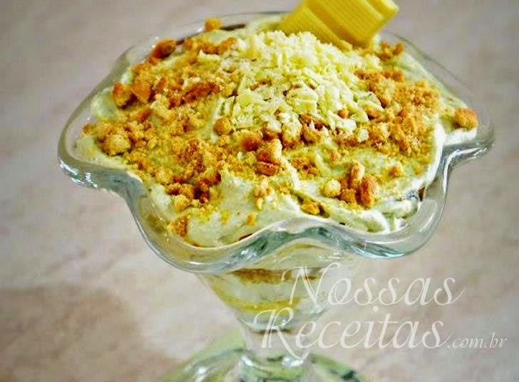 Receita de mousse de chocolate branco servida com crocante de avelãs