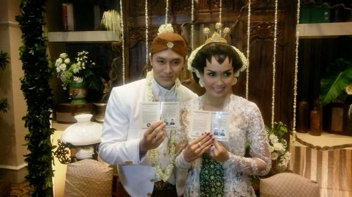 Foto Demian & Sara Wijayanto Menikah Ijab Qobul 2014 Baju Pengantin Jawa