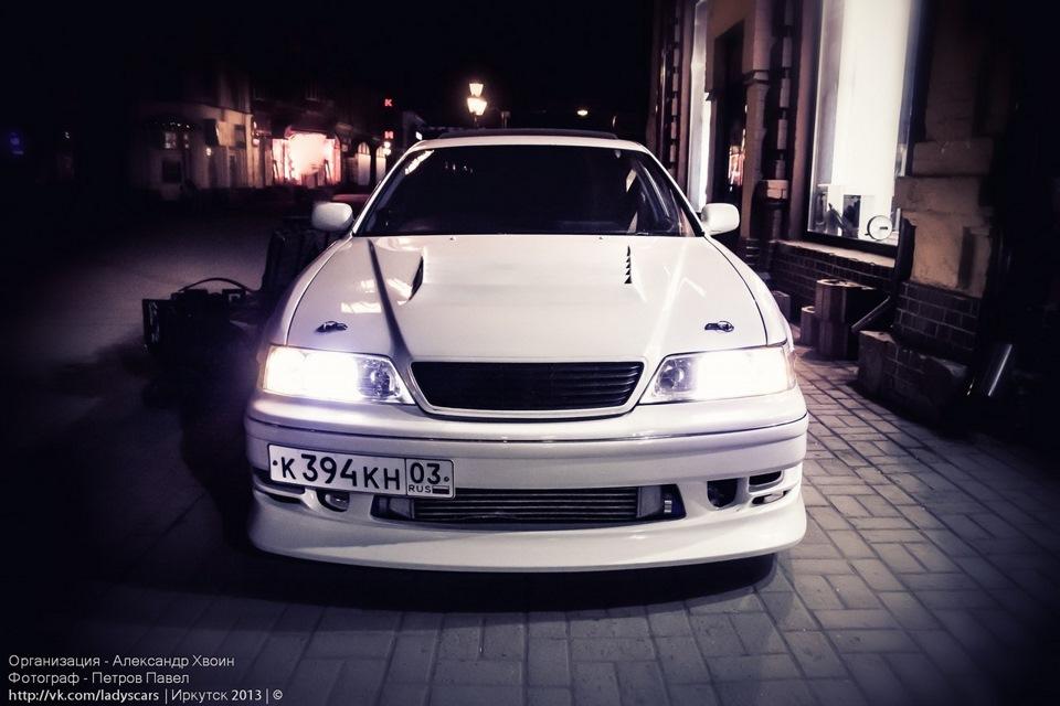 Toyota Mark II X100, sportowy sedan, japoński, napęd na tył, driftowóz, rynek JDM, nocą, po zmroku, fotografia