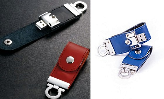 O pendrive tem um design que permite pendurar em um chaveiro, por exemplo, e está disponível nas cores branco, preto, marrom e azul