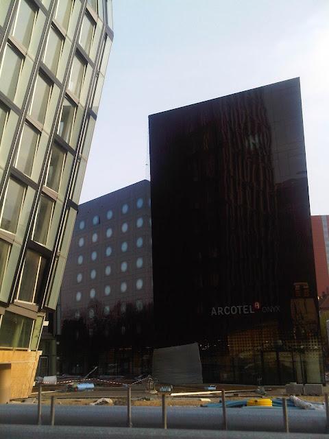 Das Hotel vor den Tanzenden Türmen