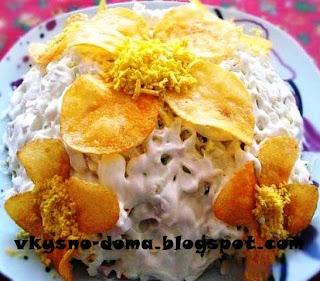 Салат с украшением из чипсов  Орхидея
