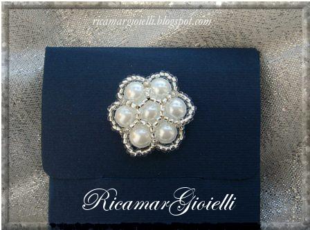 scatola decorata con fiore fatto di perle e rocailles