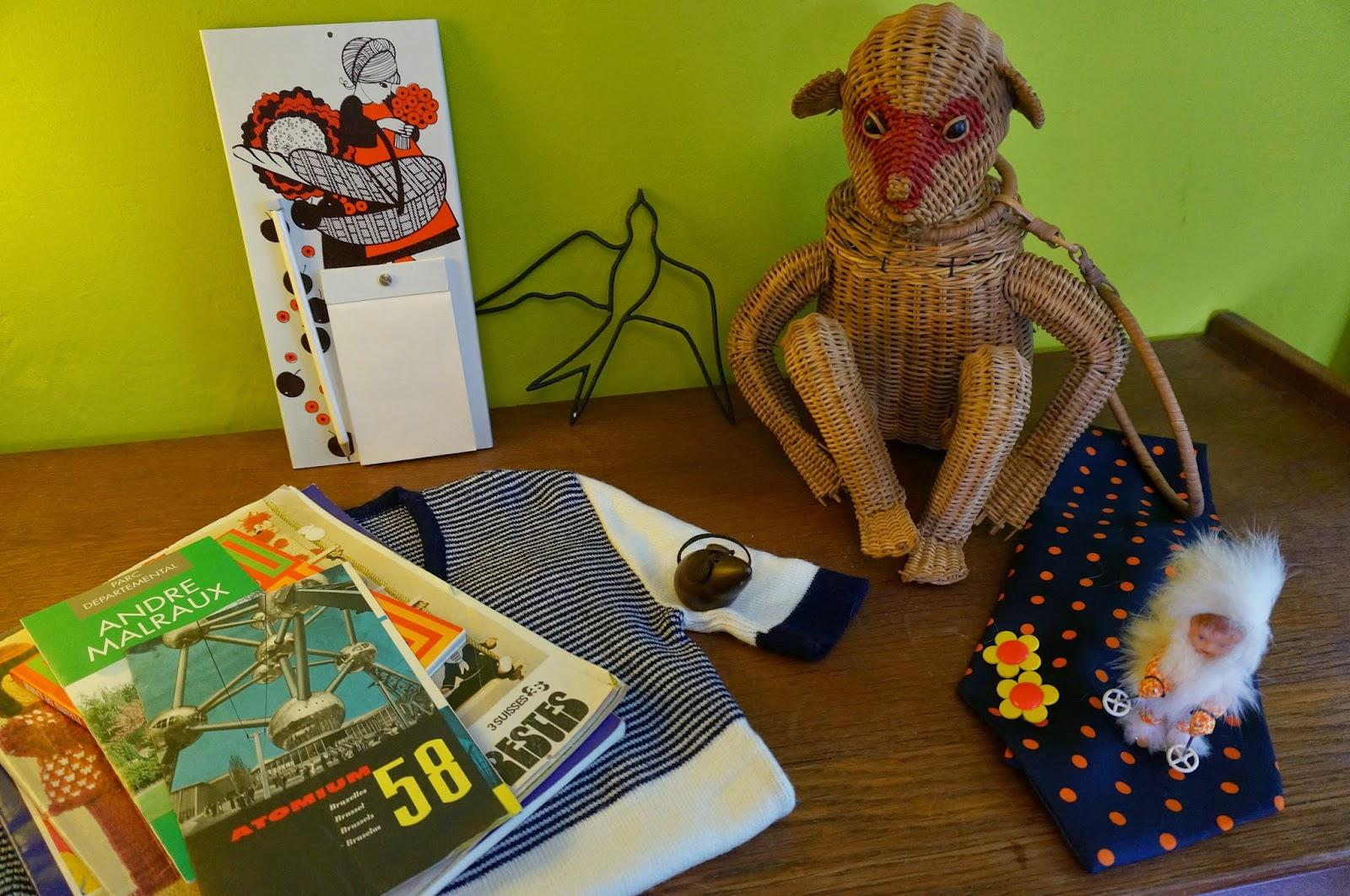 """1950 50s 1960 60s 1970 70s atomium monkey wicker purse bag handbag mid century mouse blue swallow twiggy flower orange yellow earrings skier Petite récolte à deux pas de la maison ,  et la flemme de poser des mots à foison !      Un sac en osier singe des années 50      Une hirondelle en métal     Une souris en teck     Une figurine velue de Marielle Goitschel      Un bloc note  pour noter les courses (""""Haine ! Haine ! Haine ! - LSD"""" par exemple)      Un tricot , des boucles d'oreilles et une cravate pour l' épate      Des magazines de bricolage / loisirs et des prospectus pour le tourisme Bruxellois . basket"""