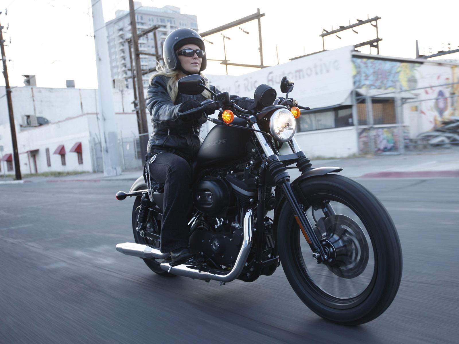 http://2.bp.blogspot.com/-mdb587T4sS4/Tp5Oe8QIbZI/AAAAAAAAGX8/CDvKm_yf92w/s1600/Harley-Davidson-pictures_2010_Sportster-XL883N-Iron-883_4.jpg
