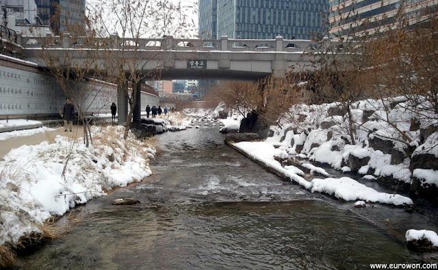 Arroyo Cheonggyecheon de Seúl, con nieve