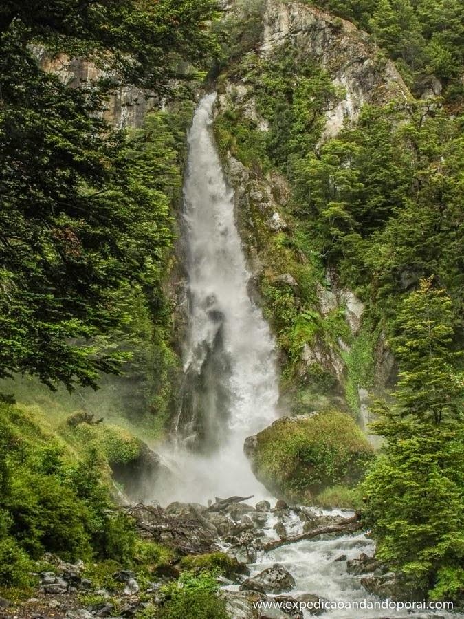 Cachoeira a caminho do Glaciar Exploradores