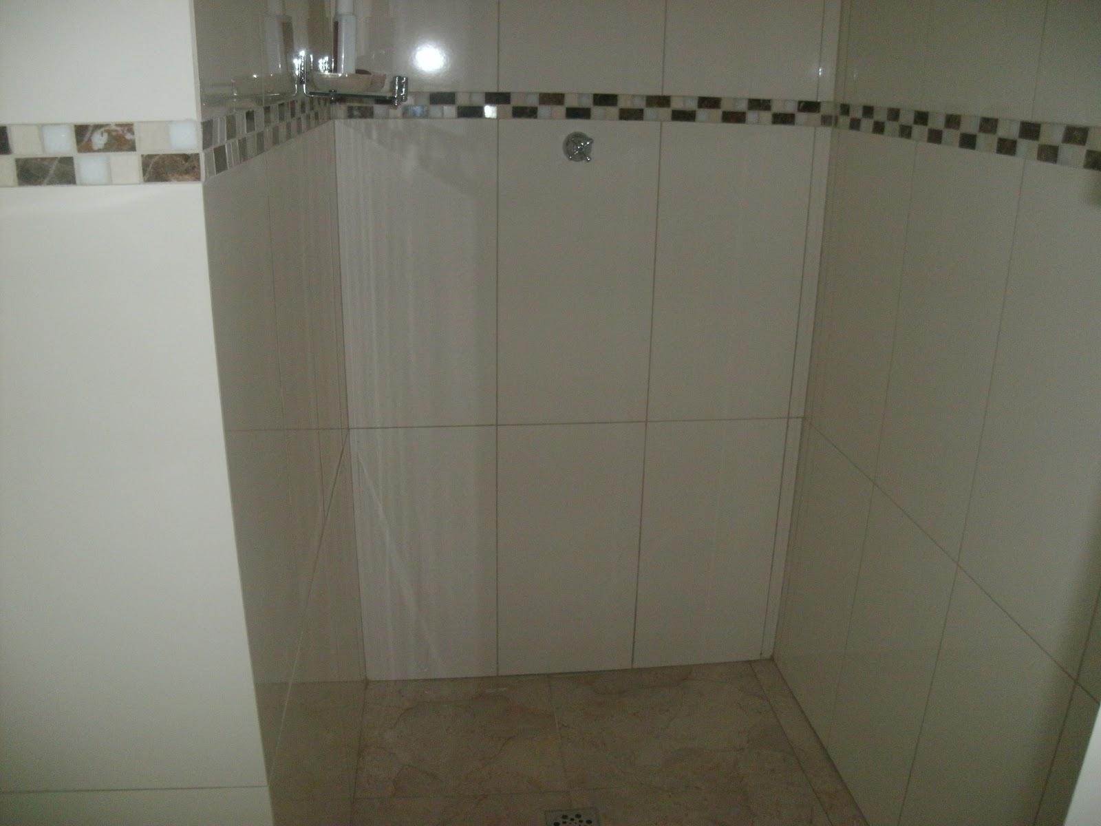 Piso e azulejo retificado e border pastilha de vidro. #4B4533 1600x1200 Banheiro Com Azulejo Retificado
