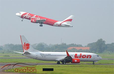 Indonesia AirAsia A320 vs Lion Air 737-800