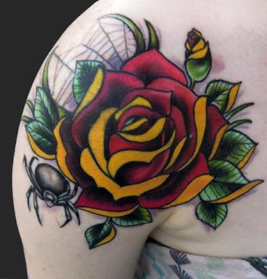 Tatuagem de flor com teia e aranha