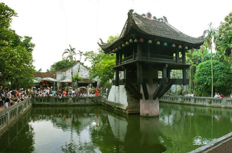 The Pagoda is among a small artificial lake, surrounded by green gardens where trees and a couple of wooden benches are perfect allies to regain strength.