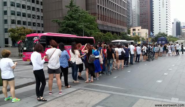 Cola de gente para ver la nave Tardis en Seúl