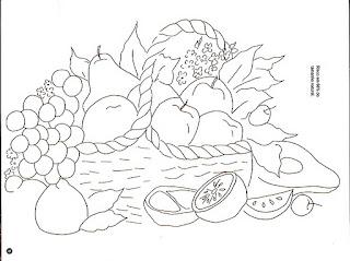 cesta com uvas e frutas