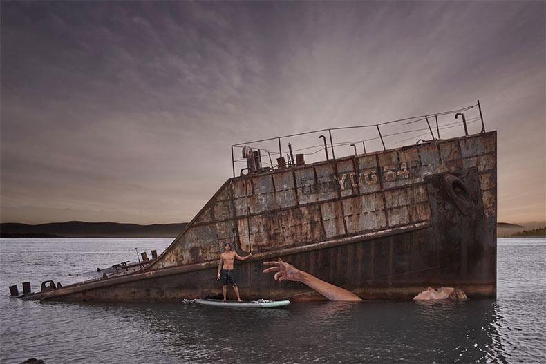 Artista crea magnífico mural en un barco hundido que cambia con los niveles de la marea