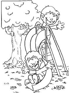Niños jugando en un tobogan