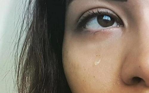 """نشرت شيرين صورتها وهى تبكى ومكتوب عليها """"أنا اسفة بس محتجلكم اوى"""""""