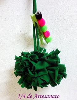 centopeia decorando prendedor de roupas e um pompom de tecido