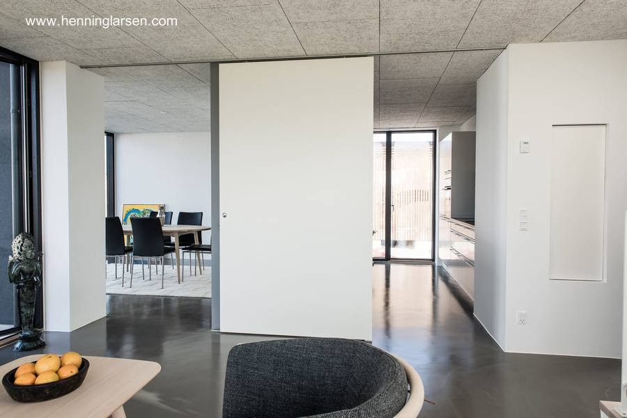 Interior de casa familiar prefabricada en Dinamarca