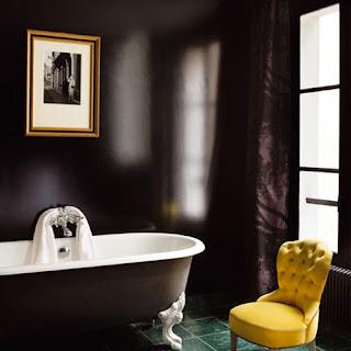 Banheiro com parede na cor preta e banheira estilo vitoriano
