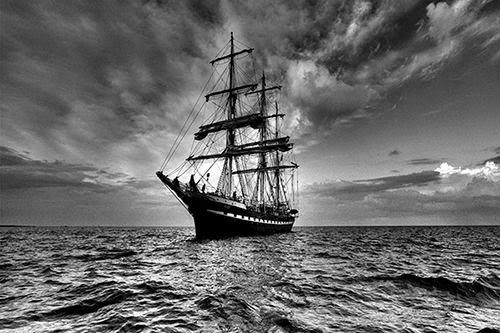 تصوير سفينة بالأبيض والأسود